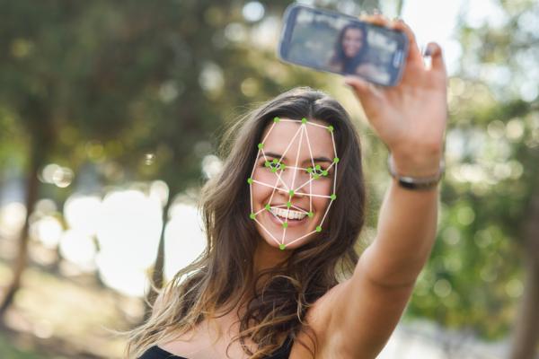 Разработан способ распознавания лиц с помощью улыбки и подмигивания
